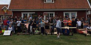 Jättegäng kör lådbilsbygge och race i stockholm på konferensanläggning