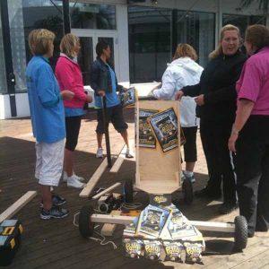 Polly lådbilsbygge sommarfest. teambuilding bygga lådbil och köra race