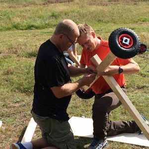 Två killar bygger ihop en lådbil