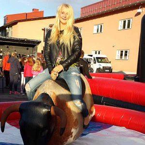 mekanisk tjur är alltid populärt på event. Denna bild på skola i stockholm