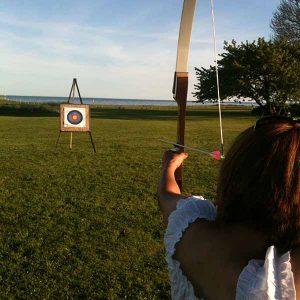 Skjuta pilbåge vid konferens eller kickoff sommarfest