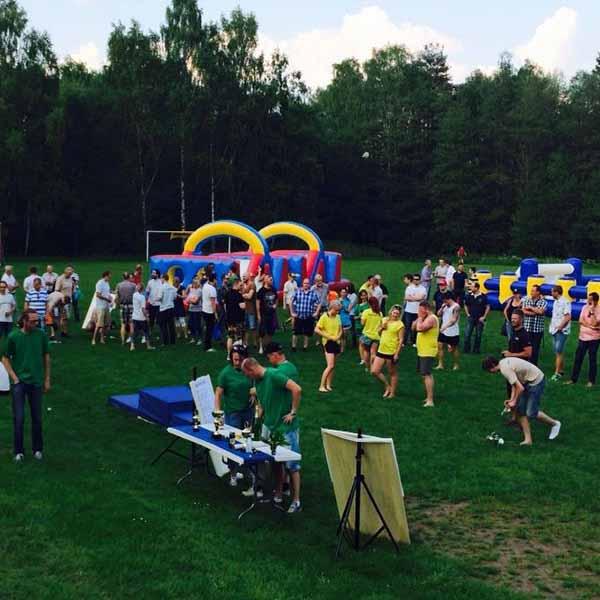 Storfemkamp eller mobilt game center med företagsgäng vid kickoff sommarfest