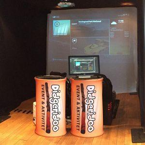 Monter för VR-spel med två stycken racingstolar och didgeridoo podier