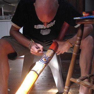 Petsson målar sol på didge