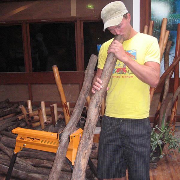 Rapp provblåser didgeridoopinne och väljer sin
