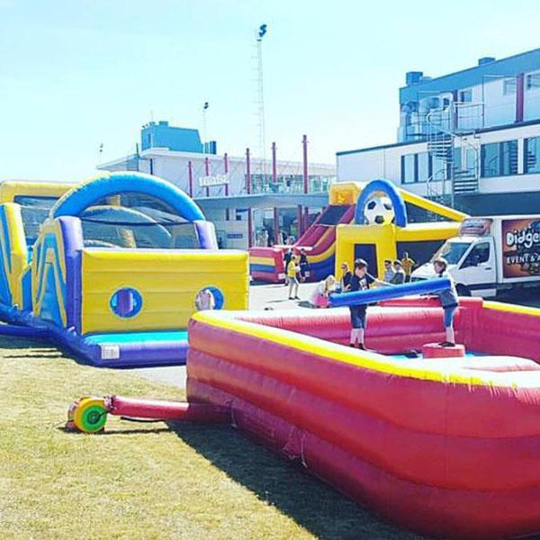 Event med uppblåsbara aktiviteter gladiator, hinderbana, rutschkana, fotbollsprickskytte