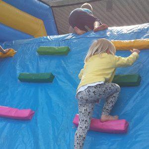 Uppblåsbar hinderbana vid event kalmar klättring