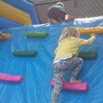 uppblåsbar hinderbana barn klättrar över hinder