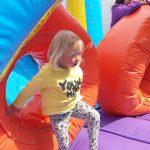 uppblåsbar hinderbana barn går genom orange del