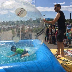vattenbollar i pool micke visar sina stora armar
