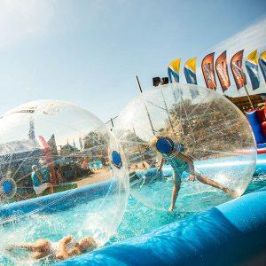 vattenbollar i pool vid event på långviken didgerioo sponsrar