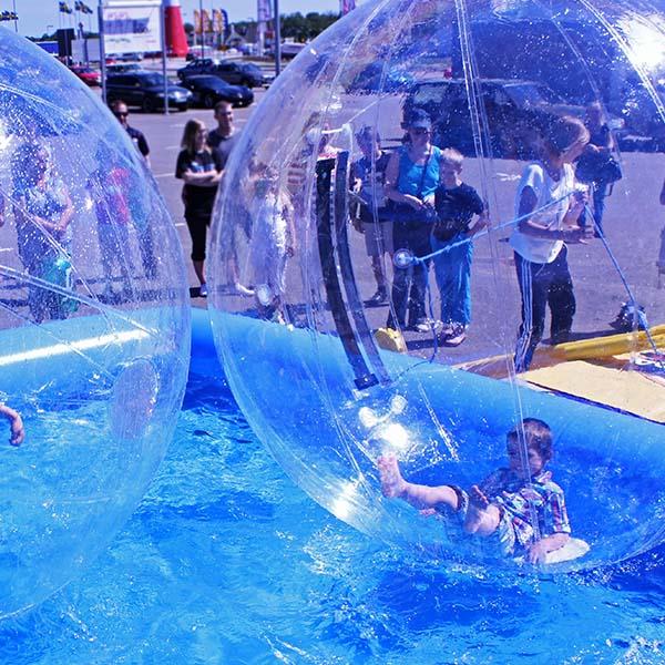 vattenbollar i pool barn ligger och är glad hansa
