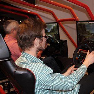 Sätt dig i buren och kör racing i en häftig racing simulator